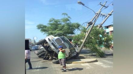 Trujillo: camión cae en agujero en plena avenida