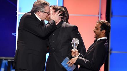 Christian Bale celebró galardón con beso a Adam McKay