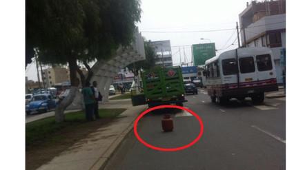 Trujillo: balón de gas es usado como señalética de auto malogrado