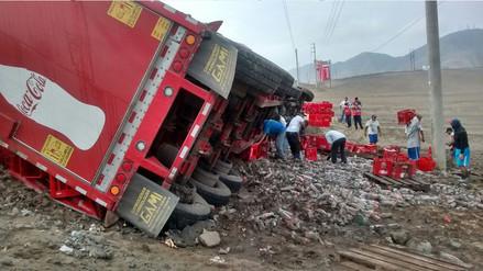 Lima: Tráiler de conocida bebida gaseosa sufre accidente