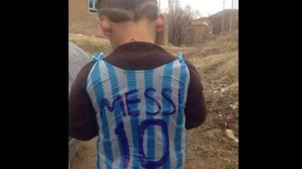 7a0f4802dd Messi  ¿encontraron al niño que imitó su camiseta con una bolsa ...