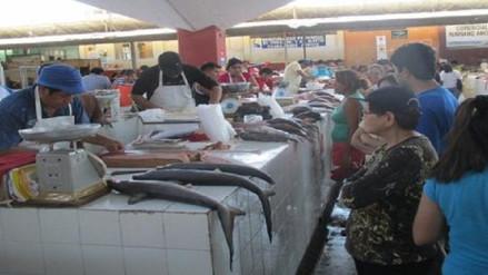 Amas de casa a la expectativa de precios de frutas y pescado en Chiclayo
