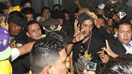 YouTube: hincha trató de robar gorra a Ronaldinho en Ecuador