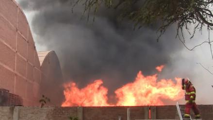 Incendio en depósito de reciclaje fue controlado después de 5 horas