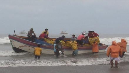 Pescadores realizan actividades en el mar a pesar de oleajes anómalos