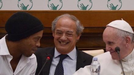 YouTube: Ronaldinho sufrió para responder pregunta del Papa Francisco