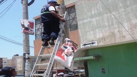 Retiran afiches electorales colocados en postes de alumbrado