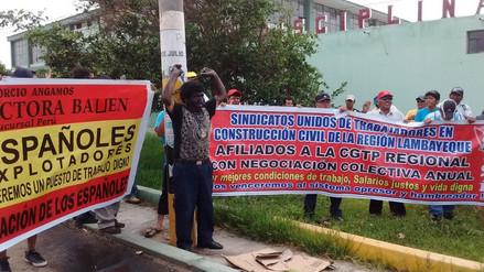 Obreros de Construcción Civil protestan con cadenas y se pintan de negro