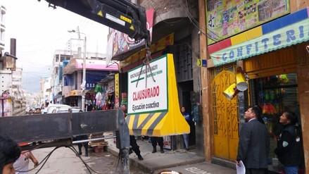 """Huancayo: con bloque de cemento clausuran discoteca """"El Búnker"""""""