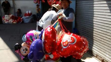 Calles lucen abarrotados de comerciantes por San Valentín
