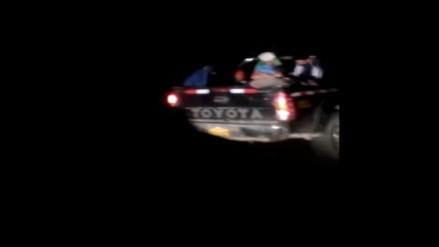 Personas viajan en tolva de camioneta en plena Panamericana Sur