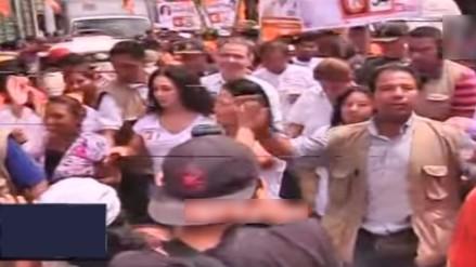 Keiko Fujimori: le lanzan huevos en caminata por Villa El Salvador