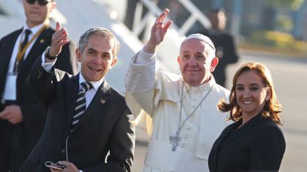 Miles de fieles reciben al papa a su llegada a Ciudad Juárez