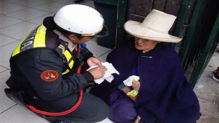 Noble gesto de una joven policía conmueve a las redes sociales