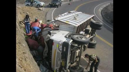Volcadura de camión en carretera dejó 1 muerto y 5 heridos