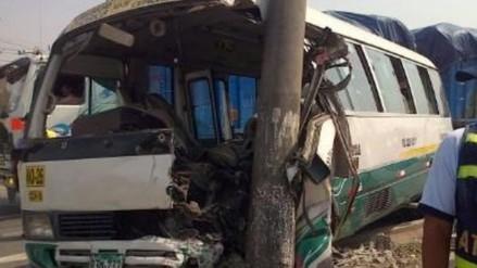 El choque de un bus contra un poste de luz dejó 20 heridos