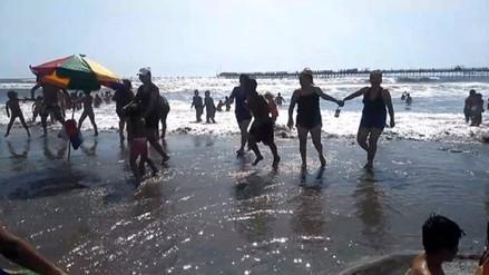 Marea alta asusta a veraneantes de playa de Pimentel