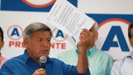 Denuncian que Acuña se defendió de plagio de libro con documento falso