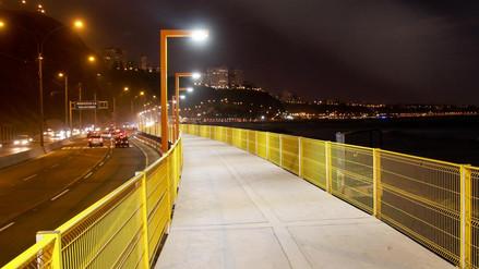 Así luce ahora la nueva pasarela de Costa Verde de noche