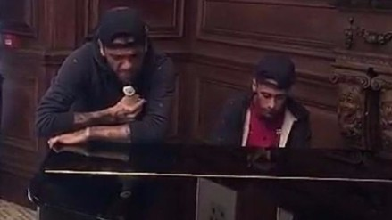 Barcelona: Neymar y Dani Alves emularon en el piano a John Legend