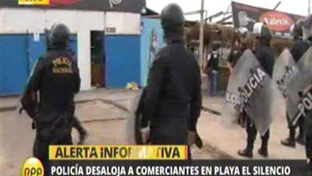 Policía desaloja a comerciantes de la playa El Silencio