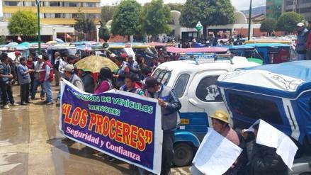 Mototaxistas realizaron un plantón en el frontis de la municipalidad de Huancayo