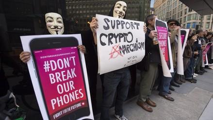 Simpatizantes de Apple protestan contra exigencias del Gobierno
