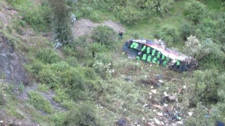 10 muertos dejó la caída de un bus a un abismo de 150 metros