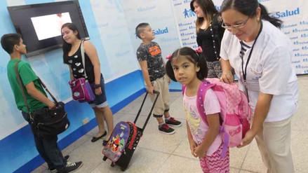 Mochilas escolares pesadas podrían causar desviación de la columna