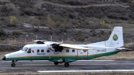 Avioneta aterriza de emergencia e impacta un auto en ruta