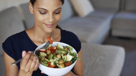 ¿Cómo debe alimentarse la mujer según la etapa de su vida?