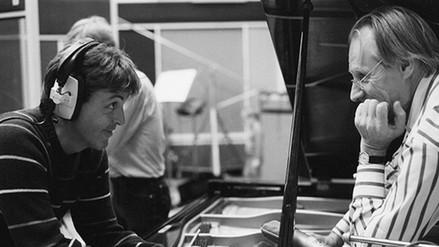 Paul McCartney: George Martin fue un segundo padre para mí