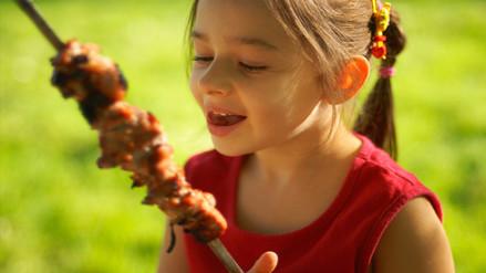 Consumir carne roja acelera la pubertad en las niñas