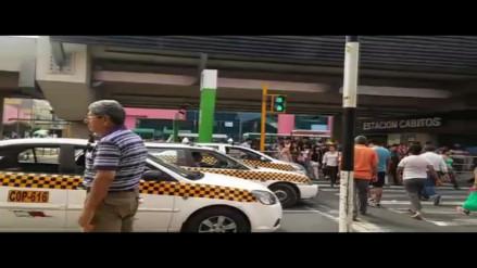 Ovalo Higuereta: taxistas se estacionan en doble vía y generan tráfico
