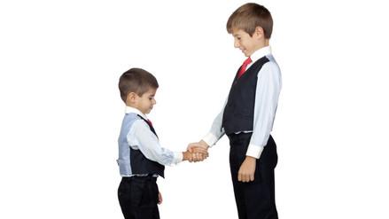 ¿Por qué mi hijo es más bajito que otros niños de su edad?