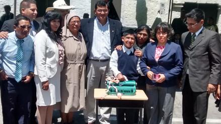 Realizan donación de máquina Braille a menor invidente