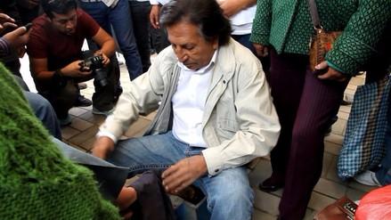 Huancayo: Toledo lustra zapatos a pobladora del distrito de Sapallanga