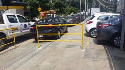 San Isidro: baranda impide que peatones puedan caminar en vereda