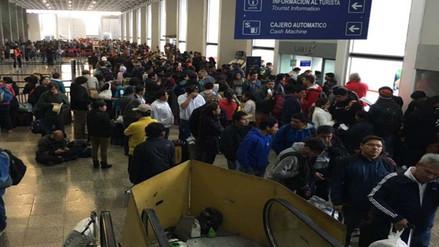 Pasajeros continúan varados en Aeropuerto Velasco Astete