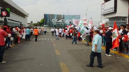 Gran número de simpatizantes en aeropuerto por llegada de Alan García