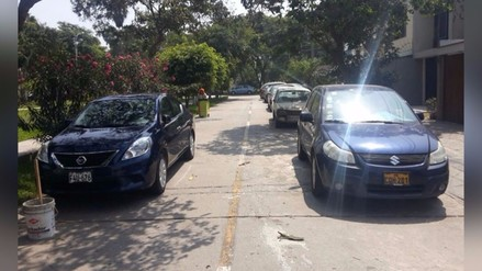 Santiago de Surco: vehículos estacionados en la pista impiden tránsito