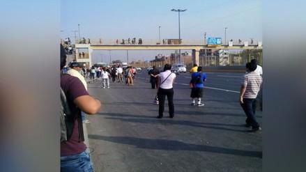 Vía de Evitamiento: personas esperan transporte público en la pista