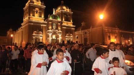 Jueves Santo: devotos recorren monumentos eucarísticos de siete iglesias