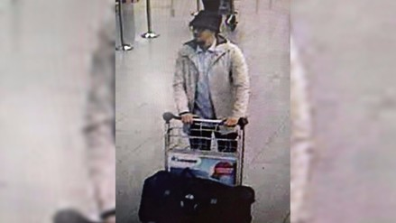 Atentados en Bruselas: identifican a tercer hombre del aeropuerto