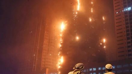 Gran incendio afecta rascacielos de Emiratos Árabes Unidos