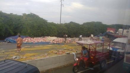 Virú: camión de fideos vuelca y pobladores saquean mercadería