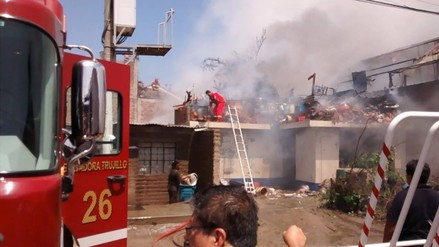 Trujillo: local de reciclaje se incendia en La Esperanza