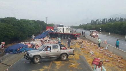 La Libertad: Roban productos de camión accidentado