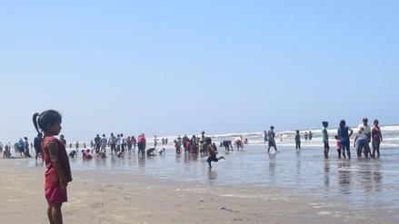 Cientos de personas sofocan calor en playa San Pedro de Mórrope