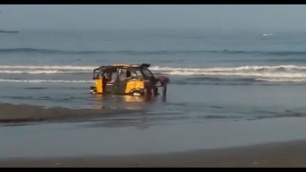Barranca: mototaxi entra al mar en playa de Chorrillos
